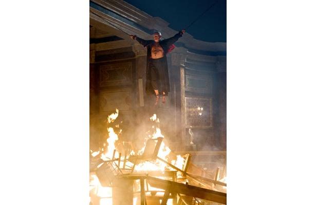 生きたまま焼かれている!? この男の胸にも火(=Fire)の焼き印が押されている…