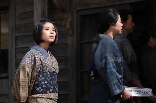 黒島結菜演じる秀子は、母と共に政春の工場にやってくる