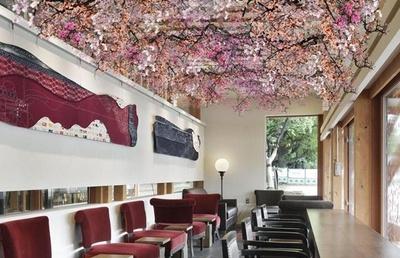【写真を見る】スターバックス コーヒー 上野恩賜公園店では、店内に桜の装飾が施される