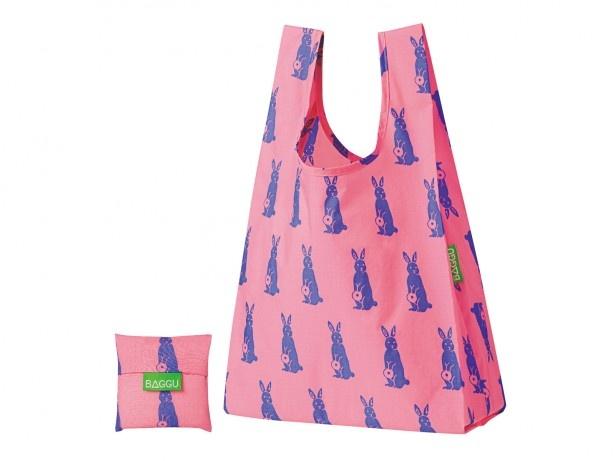 ミスドオリジナルデザインの「BAGGU from BROOKLYN」シリーズのRabbit Pink(ラビットピンク)。ピンク地と青いうさぎの組み合わせがキュート