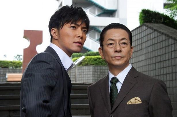 成宮は「相棒 season12」で卒業する予定だったが、水谷の希望で1年延長された