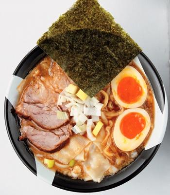 飲み干したい極上煮干しスープの「味玉煮干しラーメン」(850円)は「新宿煮干しラーメン凪(なぎ)」でどうぞ!