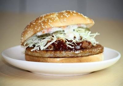 「ハワイアン バーベキューポーク」(390円)には、ほろほろのほぐし豚肉、カルアポークが入っている