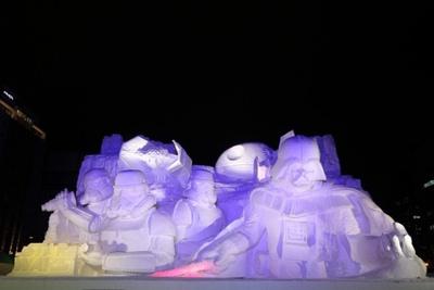 【写真を見る】大通公園4丁目の光に包まれる「雪のスター・ウォーズ」