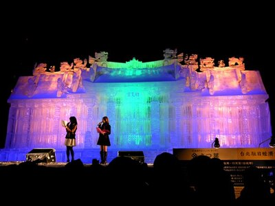 色とりどりに光る、大通公園5丁目の大氷像「台湾-行天宮」