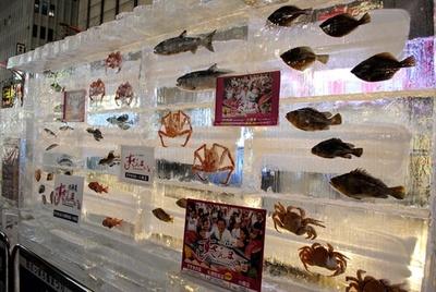 北海道ならではの魚介が埋め込まれた氷像(すすきの会場)