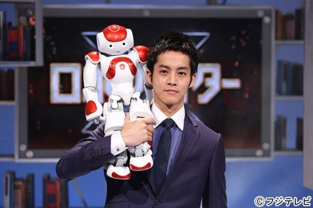 「ロボファイター」で初バラエティーMCを務める松坂桃李と人型ロボット・NAO