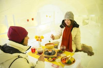 体が冷えたら、アイスビレッジ内の「氷のカフェ」のチーズフォンデュで温まろう