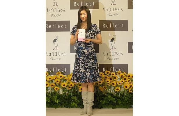 篠原涼子さんの美脚が際立つ花柄のワンピース姿