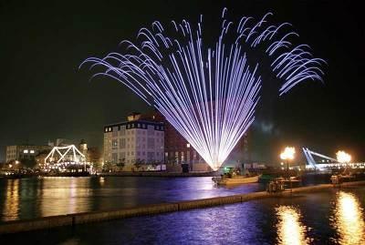 夜空を彩る花火レーザーショー
