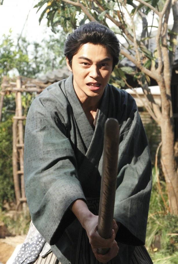 2月22日(日)の「花燃ゆ」は、吉田寅次郎(伊勢谷友介)に挑発された久坂玄瑞(東出昌大)が木刀片手に杉家へ乗り込む