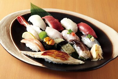 本格的な魚屋の寿司をカジュアルに楽しめる「さかなやのmaru寿司」は、鮮度と希少性の高いネタが自慢だ