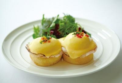 「サラベス」の代表的なメニュー「エッグベネディクト」などの朝食メニューは、1日中楽しめる