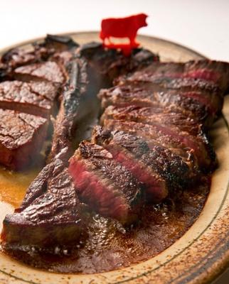 「ウルフギャング・ステーキハウス」の看板メニュー「プライムステーキ」は、表面はカリッと香ばしく、中からはジューシーな肉汁が溢れ出す