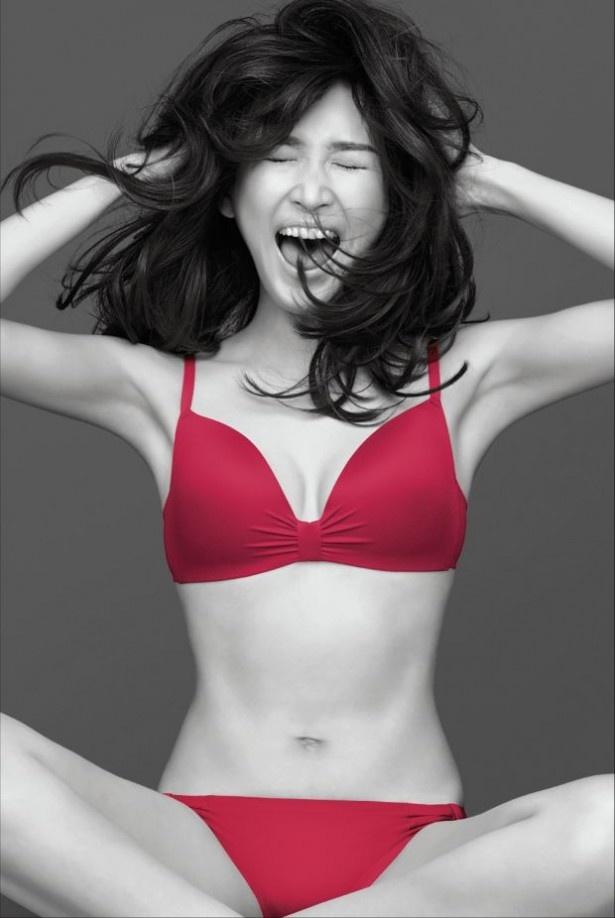 大胆な赤ランジェリーで思い切り笑う紗栄子。新CMは3月3日(火)より放映を開始