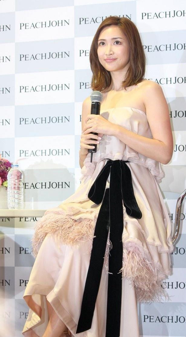 胸元が大きく開いた、ケイタマルヤマのセクシーなドレスで登壇した紗栄子