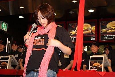 井上和香さん自ら選んだという「クォーターパウンダーTシャツ」