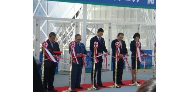 中田 宏・横浜市長らによるテープカットで開幕