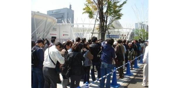 Y150はじまりの森の前には、多くの市民が開場を待ちわびた