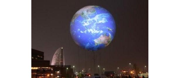 夜空に浮かぶアースバルーンは幻想的な美しさ