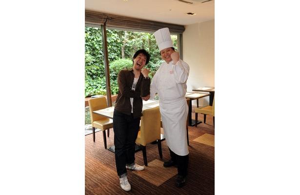 総料理長の吉田さん(左)と、関西ウォーカーのハンバーガー番長・薮の情熱もたっぷり