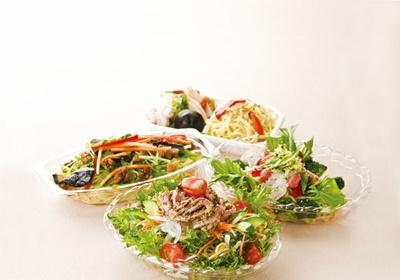 「柿安ダイニング」バジルとトマトのラーサラ(100g)¥336(手前)をはじめ、具も味も個性的な新作がそろう