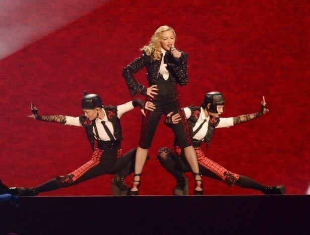 先日マドンナも舞台から落下したにもかかわらずパフォーマンスを続けて話題と... 先日マドンナも舞