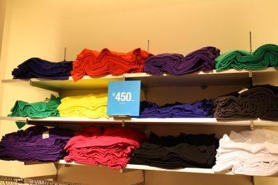 450円のTシャツは鮮やかなカラーとシンプルな形が使えそう