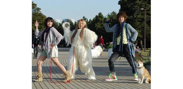 山本ひかる(左)、渡辺直美(中央)と共にノリノリのダンスを披露