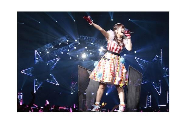横浜アリーナに声優が集結した「P'sLIVE!02」。写真はライブ本編のトリを務めた三森すずこ