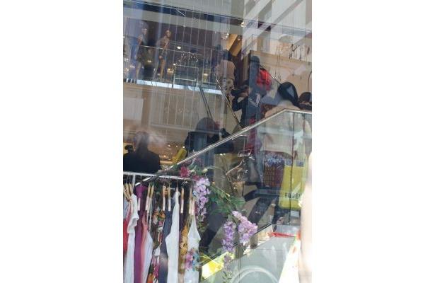 店内の階段をかけ上がる女性たち。2階には下着売り場も