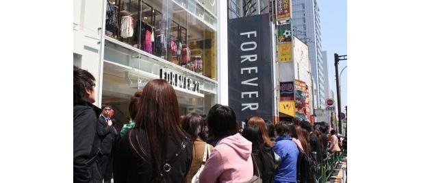 場所は「H&M」の隣。カラフルな外観が目印だ