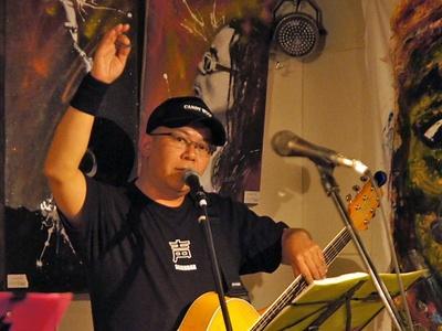 声優の神奈延年。声援団のコアメンバーの1人にしてギターも担当している