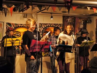 声援団のコアメンバーの1人、声優の勝杏里(写真左)。神奈と同じくギターも担当する