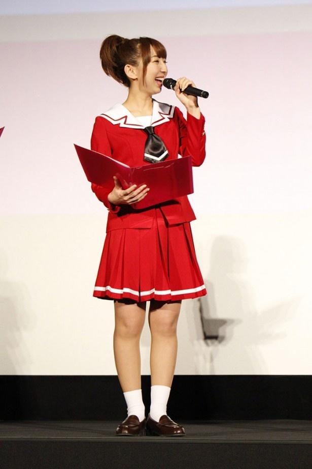 飯田里穂は第1話の上映後、「どんどんアニメが展開していくのが楽しみ!」と興奮気味にコメント