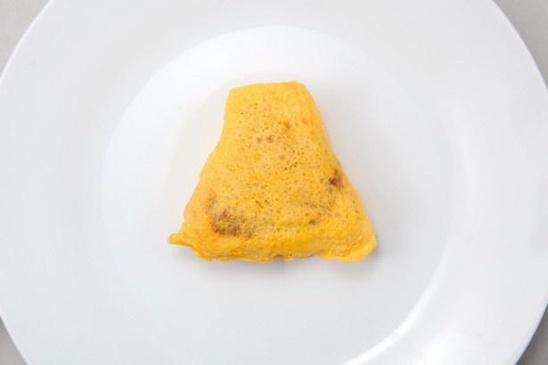 野菜をソテーしたソース使用のチキンライスと、バルサミコソース入りのデミグラスソースの相性が抜群な「ぐでたま デミソースのオムライスおにぎり」(168円)