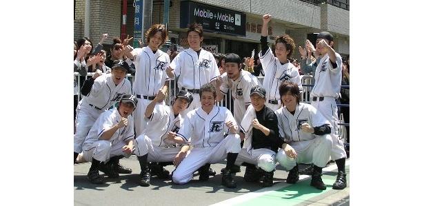 市原隼人らニコガクメンバーたちが、二子玉川の商店街で凱旋パレードを行った