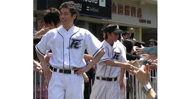 ファンとふれあう佐藤隆太率いるニコガクメンバーたち