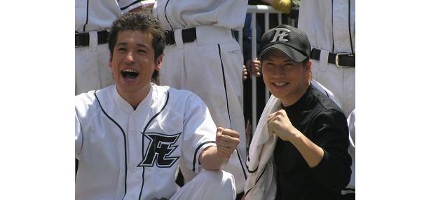 笑顔がこぼれる佐藤隆太と市原隼人