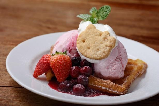 甘酸っぱいイチゴソースとイチゴアイスが、ふわっふわワッフルとベストマッチ!「ハローキティ ベリーベリーワッフル(Skew)」(860円)