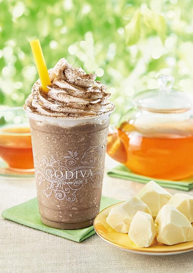 チョコドリンクの中に小さく砕いたゴディバのホワイトチョコが入ったアールグレイ味の「ショコリキサー ホワイトチョコレート アールグレイ」(590円)