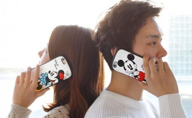 男女共に楽しめるデザインでペアで持ってもかわいい「「[iPhone 6/iPhon6 Plus専用]ディズニーキャラクターiface First Classケース」(3240円)
