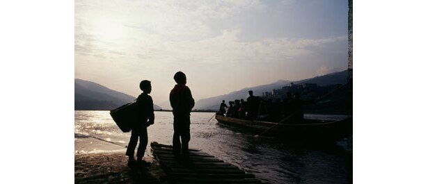 長江のほとりに暮らす一家の生活を、母・秉愛の生き様を通して描く『長江にいきる〜』