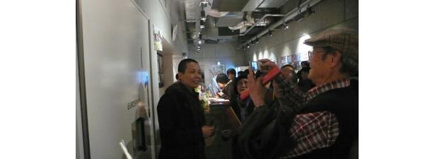 ユーロスペースでの初日にはトークショーも実施。その後のロビーでは、監督と来場者が気軽に交流する場面も見られた