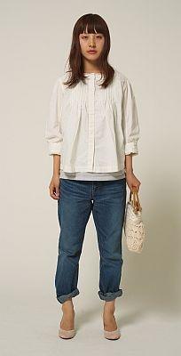 ガーリーなトップスとあわせて女の子らしく着よう。Denim pants BLU(2万4150円)/カロリナ グレイサー