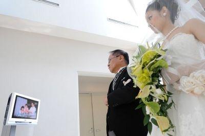 新婦と父は入場扉の外で一緒にモニターを観ることができる