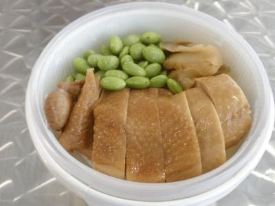 「チャイナタウンデリ」より、中華街の名店・牡丹園のお弁当¥700。おかずの下に白ご飯が隠れています