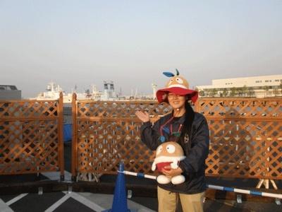 有料エリアでは最も海に近い「NISSAN」スペース。柵の向こうには、150年前に黒船がやって来た、横浜の海が広がっています