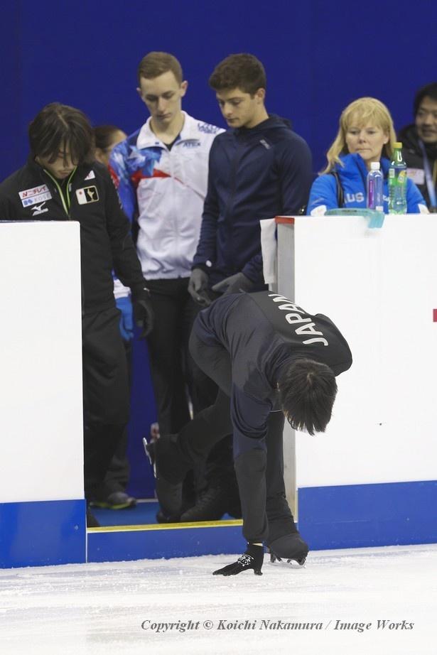 【写真を見る】あの事故が起きたリンク。羽生結弦はいつも通り氷に手を触れ、練習を開始する