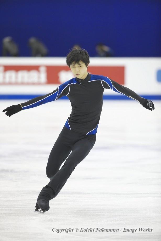 本番前に試合会場のリンクで練習するのはこれが最初で最後。氷の感触を確認する羽生結弦